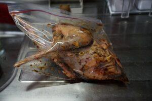 丸鶏を漬けダレに漬け込んで簡単にローストチキンを作る。