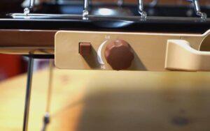 コールマンの激レアツーバーナーのバターナッツカラーの写真です。